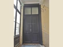 Klasszikus stílusú bejárati ajtó.jpg